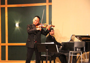 Xiang Gao playing the violin. Photo by Lexi Corral