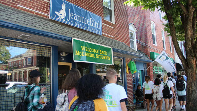 First-year students pass by JeannieBird Baking Company on their way downtown on Saturday, August 24. (Marya Kuratova/McDaniel Free Press).