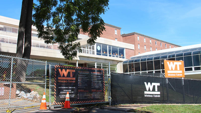Construction teams put up fences between Decker College Center and Whiteford Hall to begin renovations. (Marya Kuratova / McDaniel Free Press).
